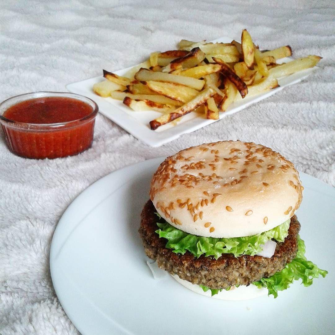 Ce midi avec @emelinelegg c'est Hamburger & Frites!  Tout fait maison sauf le pain sans gluten   #vegan #veganfoodshare #govegan #whatveganseat #vegansofig #vegetalien #vegetarien #vegetarian #glutenfree #dairyfree #eggfree #sansgluten #sanslactose #sansoeuf #cuisine #mangersain #vegetalienne #reequilibragealimentaire #instafood #plantbased #repas #veganburger #frites #hamburger #homemade #faitmaison #burger #yummy #lunch by laura_healthy_vegan