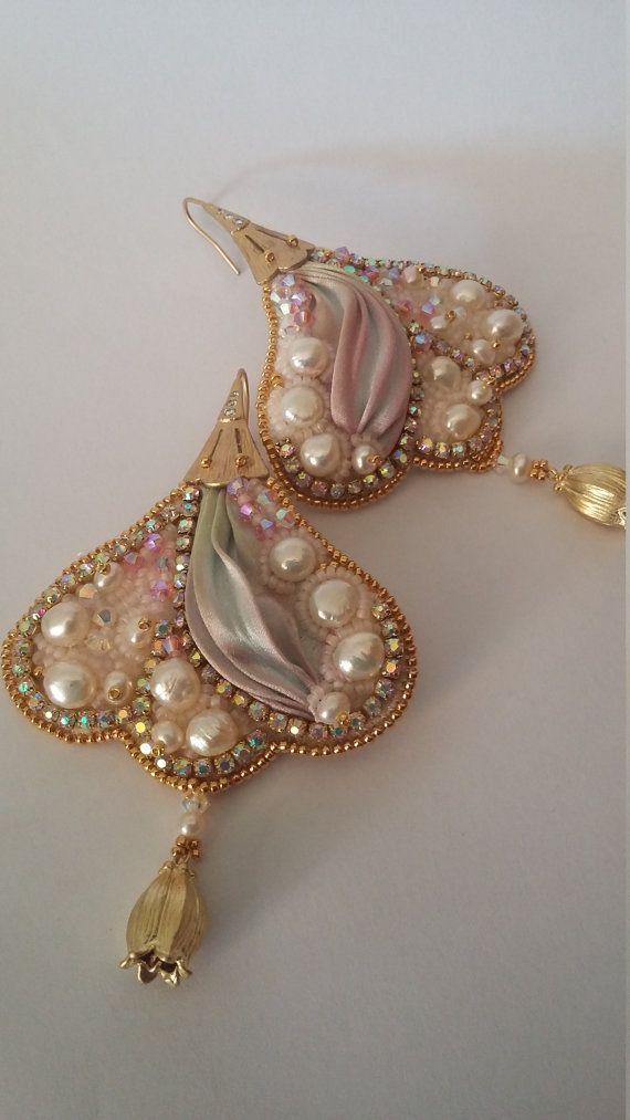 Orecchini con seta shibori completamente ricamati a mano. Impreziositi da cristalli swarovski e perle di fiume e perline placcate oro 24 kt
