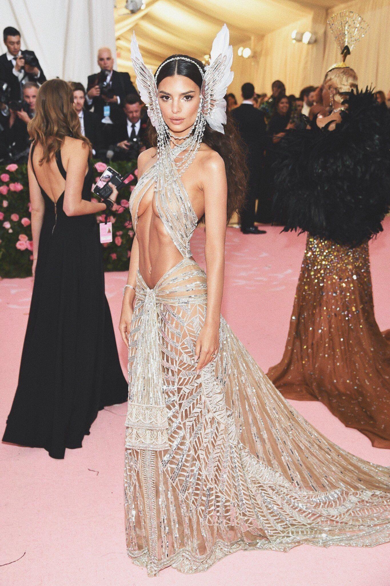Idee von red auf ~: fashion & outfits :~  Promi kleider, Schöne