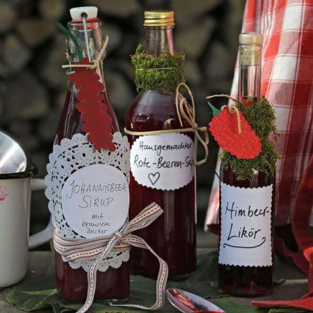 Flaschen mit selbstgemachten Likören Geschenke selber basteln - bonboniere selber machen anleitung