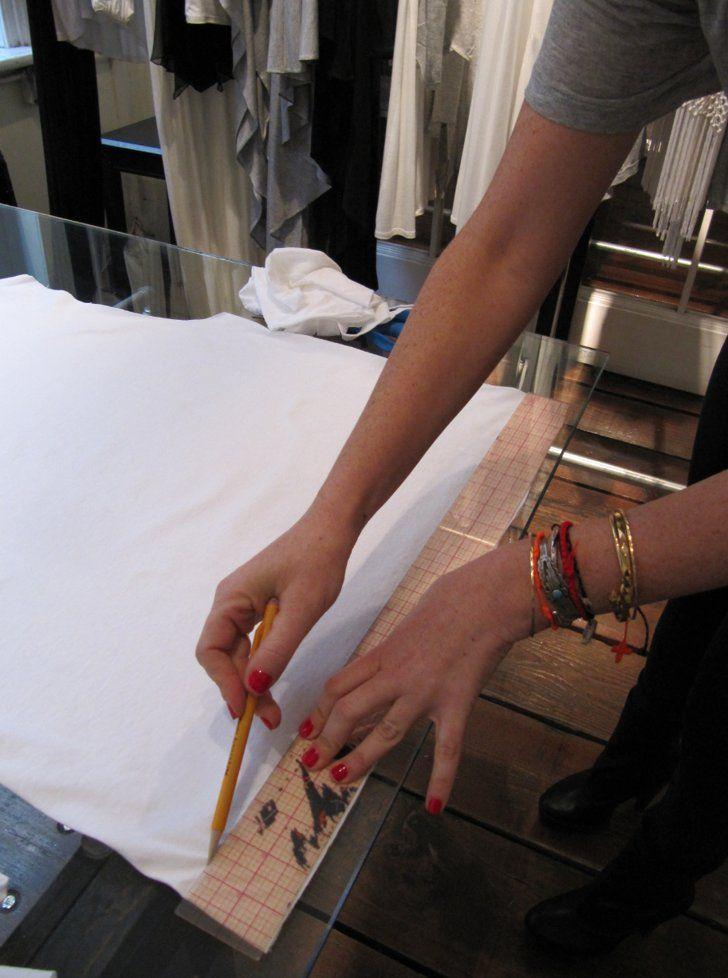 Pin for Later: Schnell, günstig & einfach: Dieses Last-Minute Mumienkostüm rettet Halloween Schritt 2 Zeichnet mit Hilfe des Lineals und Stifts im Abstand von ca. 4 cm Linien auf das T-Shirt, bis hoch zu den Achselhöhlen.