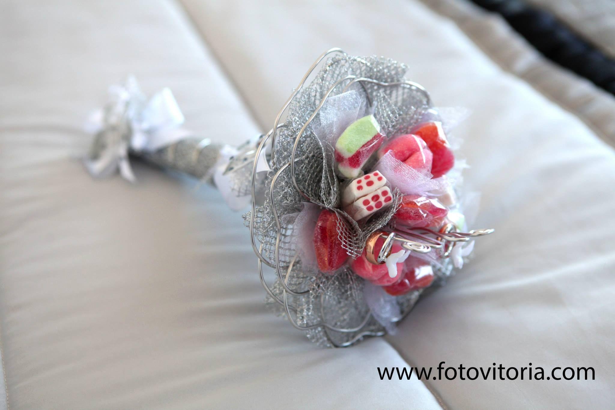 As alianças de casamento são uma compra muito importante, pois são os elementos que simbolizam o vosso casamento e que vos irão acompanhar durante muito tempo. Durante toda a organização do vosso casamento terão de tomar...  Continua e ler no nosso blog: www.fotovitoria.com