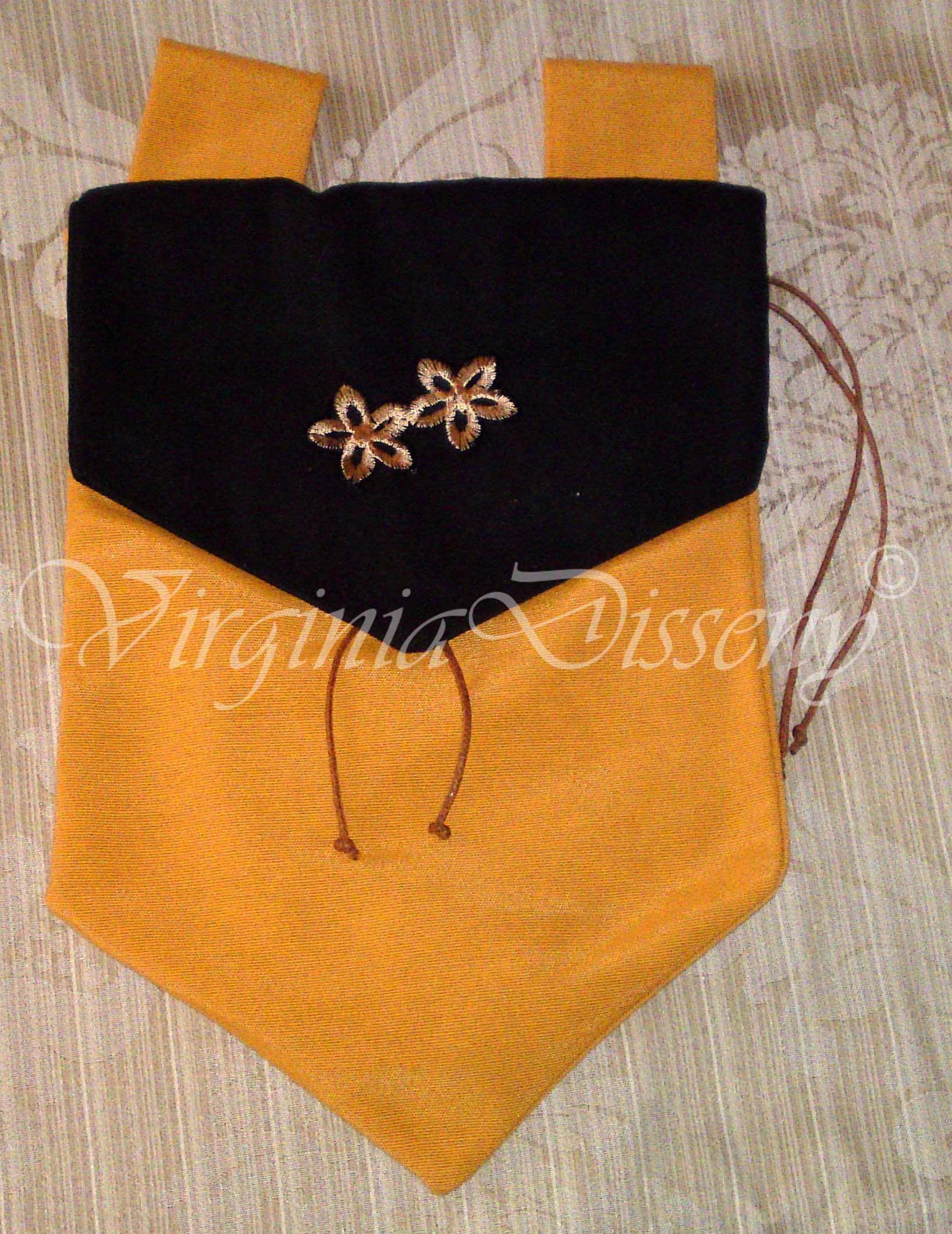 Bolso Medieval confeccionado artesanalmente en loneta de dos colores, en la solapa lleva un aplique bordado hecho a mano.