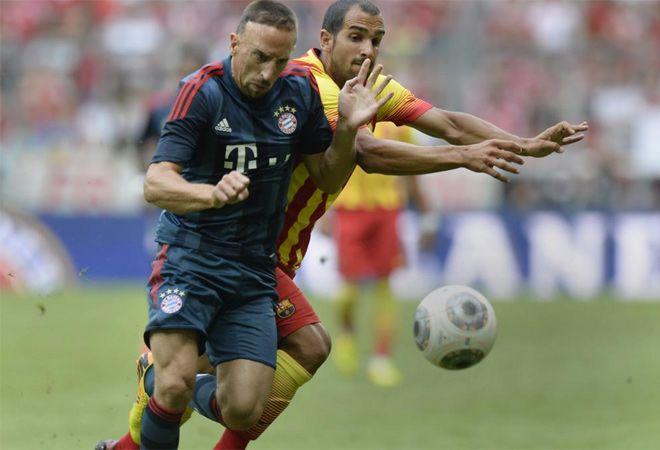 Bayern-BarÇa  Pretemporada 2013 Ribery haciendo sus diabluras seguido por un futbolista del BarÇa