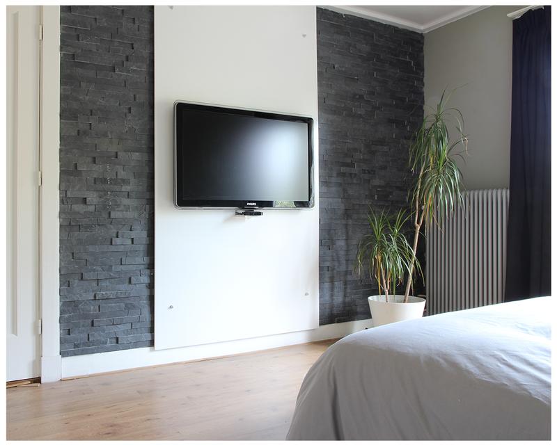 Slaapkamer tv wand met steenstrips  Slaapkamer