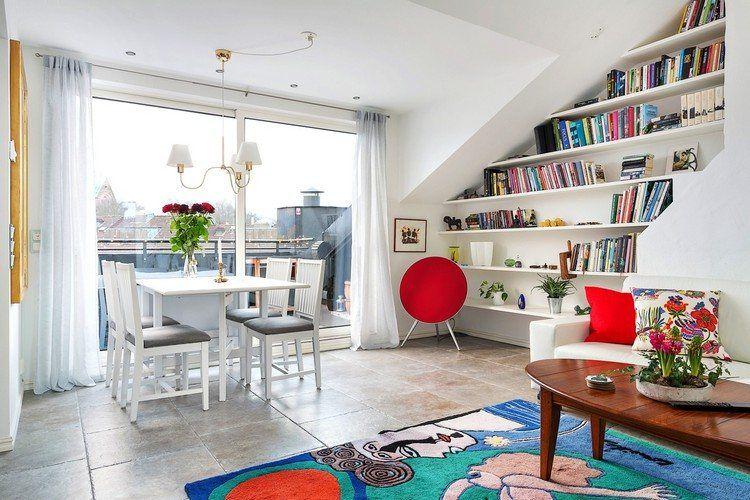 Epic Natursteinboden im Wohnzimmer und B cherregale unter der Dachschr ge