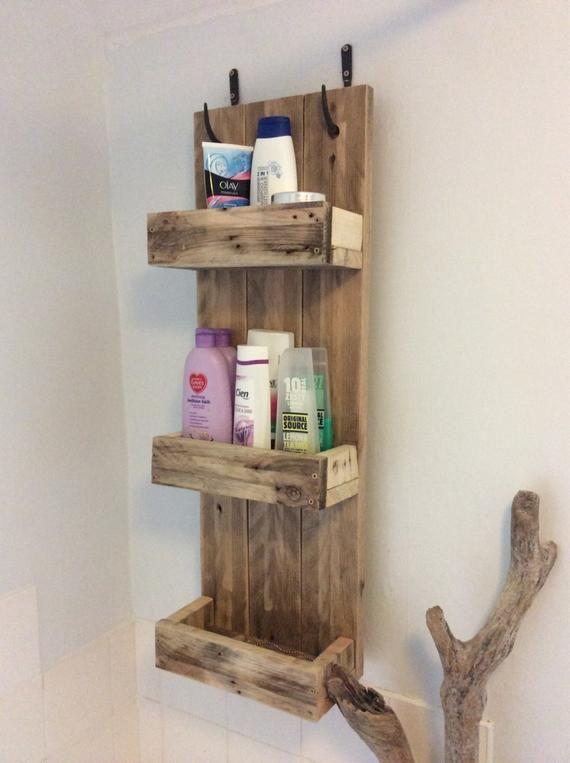 Étagères de salle de bain rustique fabriqué à partir de bois de palettes récupérées