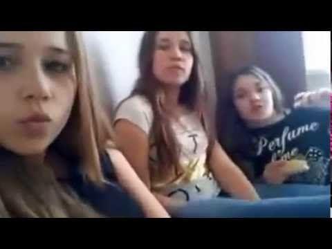 Видео девушка общается и раздевается