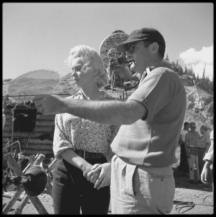 Image - Marilyn pose sur le tournage du film River of no