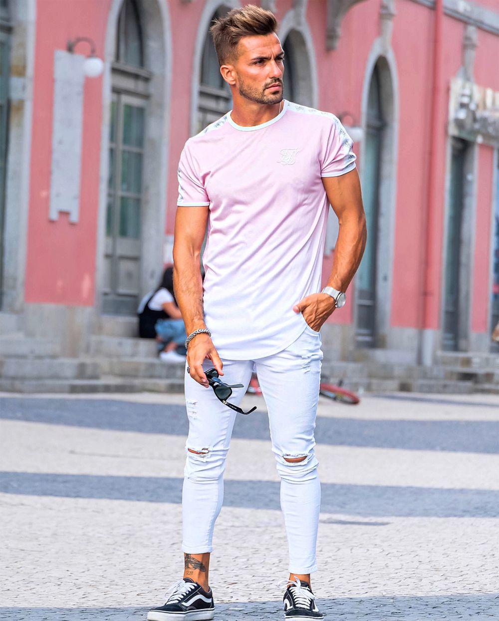 Inspiração de look masculino para a primavera 2018 e verão 2019 com calça  cropped e camiseta rosa. Veja mais dicas de moda para combinar com o tênis  Vans ... d38f9e11c41