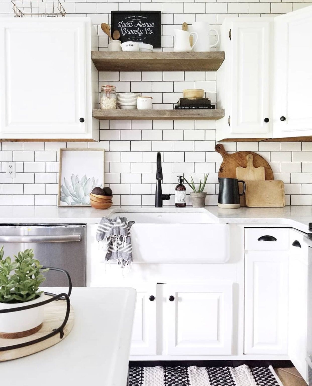 40 Cute Black And White Wood Design Ideas For Kitchen Farmhouse Chic Kitchen Dream Kitchen White White Subway Tile Kitchen