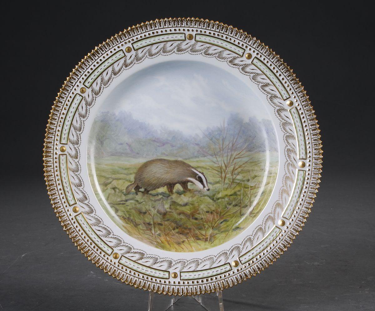 Kgl. P. Fauna Danica. Tallerken af porcelæn, dekoreret i farver og guld med 'Meles meles ' Royal Copenhagen nr. 3549. 1. sort. Diam. 25 cm.