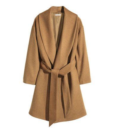 CONSCIOUS. Frakke med let vidde i uldblanding. Den har bredt revers og bindebælte i taljen. Skjulte sidelommer. Med for. Ulden i frakken er genvundet.