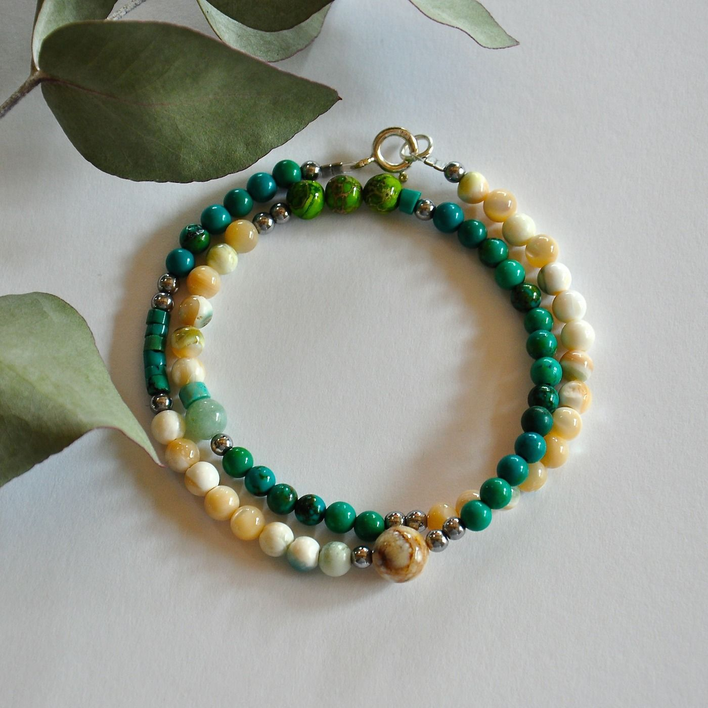"""Bracelet double tour pierres turquoises vertes et nacres : Modèle """"Kenny"""" : Bracelet par kanakeis"""