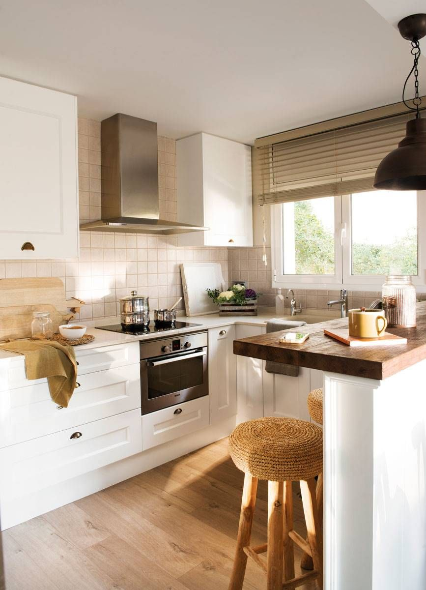 Blanca y de madera cocinas cocina blanca y madera - Taburetes de madera para cocina ...