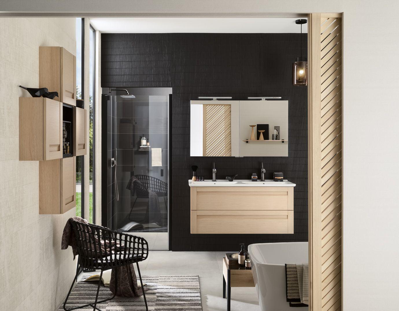On Aime Particulierement Cette Salle De Bains Aussi Belle Que Naturelle Au Fond Le Noir Du Mur Con En 2020 Meuble Salle De Bain Mobilier De Salon Meuble Sous Vasque