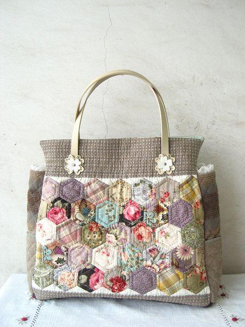 Bolsa con hexágonos de patchwork. Hexie patchwork bag.