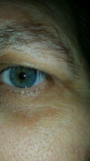 Close-up van mijn linkeroog groen blauw met bruin rondom dé pupil. Centrale heterochromie.