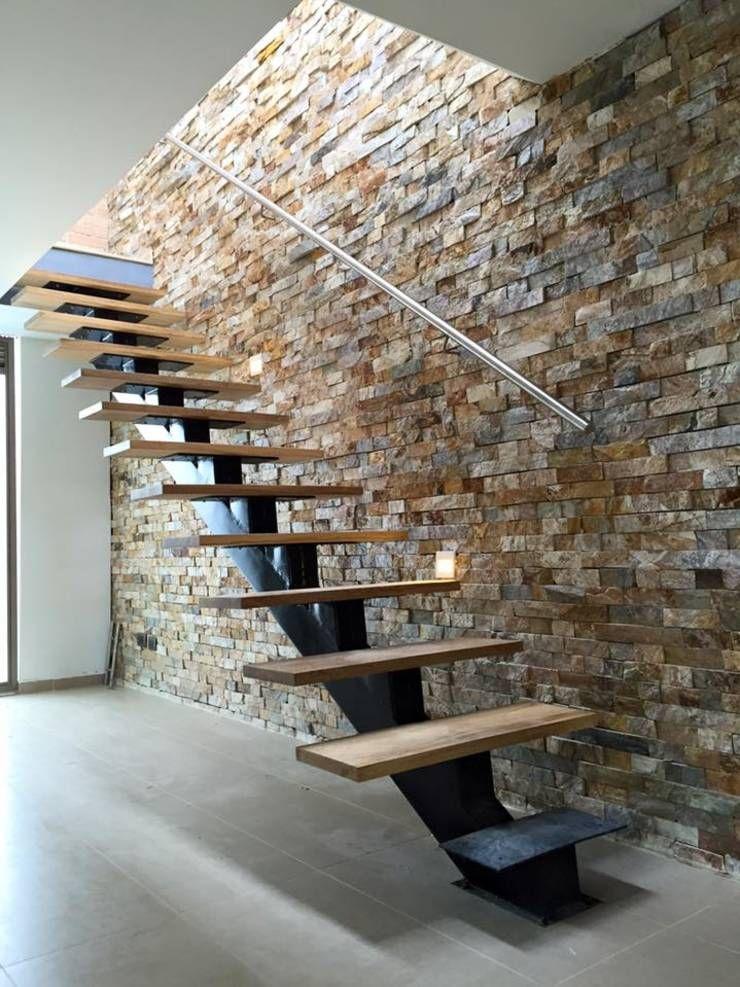 Detalle de escalera con viga central y peldaños flotantes: Pasillos, vestíbulos y escaleras de estilo translation missing: co.style.pasillos-vestíbulos-y-escaleras.moderno por ALSE Taller de Arquitectura y Diseño