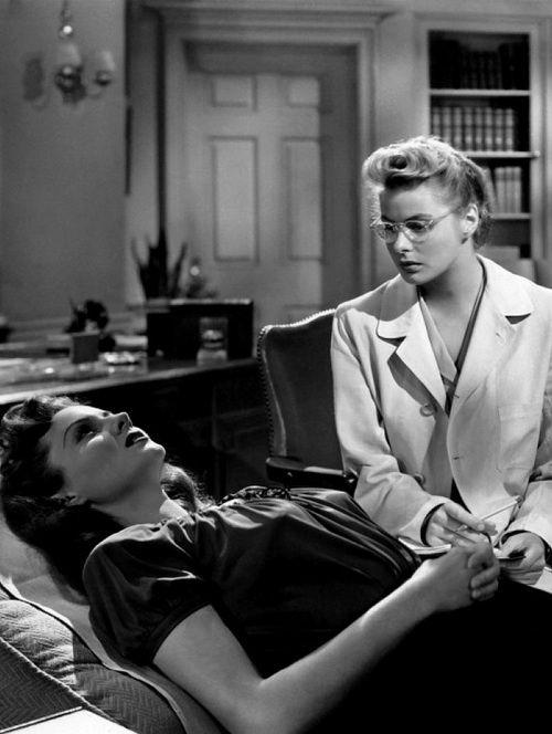 Rhonda Fleming cumple hoy 90 años. En la imagen, interpretando a Mary Carmichael, la paciente de la psiquiatra Constance Petersen (Ingrid Bergman) que, tras una pregunta incómoda de la doctora, reacciona violentamente y le arroja un libro. «Recuerda», de Alfred Hitchcock, 1945. http://www.youtube.com/watch?v=3Tfj1WEHqJw=share=PLOCNuXZvLxVBNY0lTu7gri6zZOQOrBDMQ http://www.veniracuento.com/