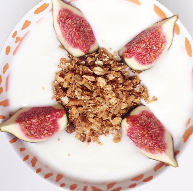 Griekse yoghurt met verse vijgen en speculaas granola | #granola #breakfast