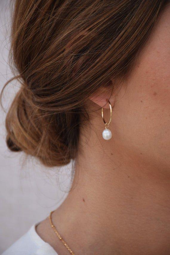 Caumont • Créoles 14k GOLD FILLED • Boucles doreilles dorées pendantes • Créoles perles blanches baroques • Bijou mariage, Saint-Valentin