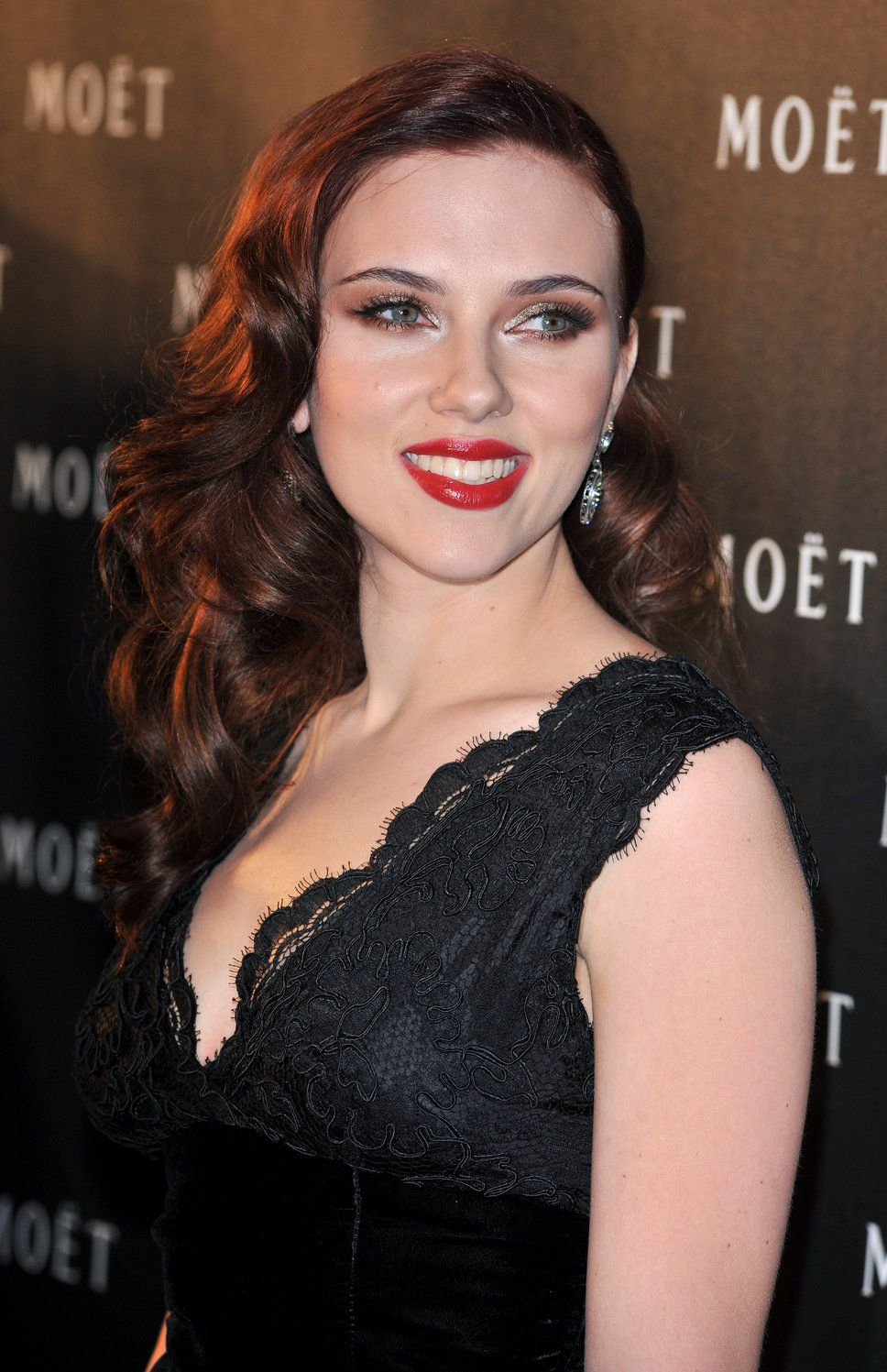 Black dress hairstyle - Johansson Red Lips Lace Black Dress Brown Hair Smokey Eyes Look Alike