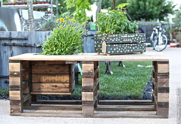E una panca da giardino con vano incassato dentro il for Arredo giardino con pallet