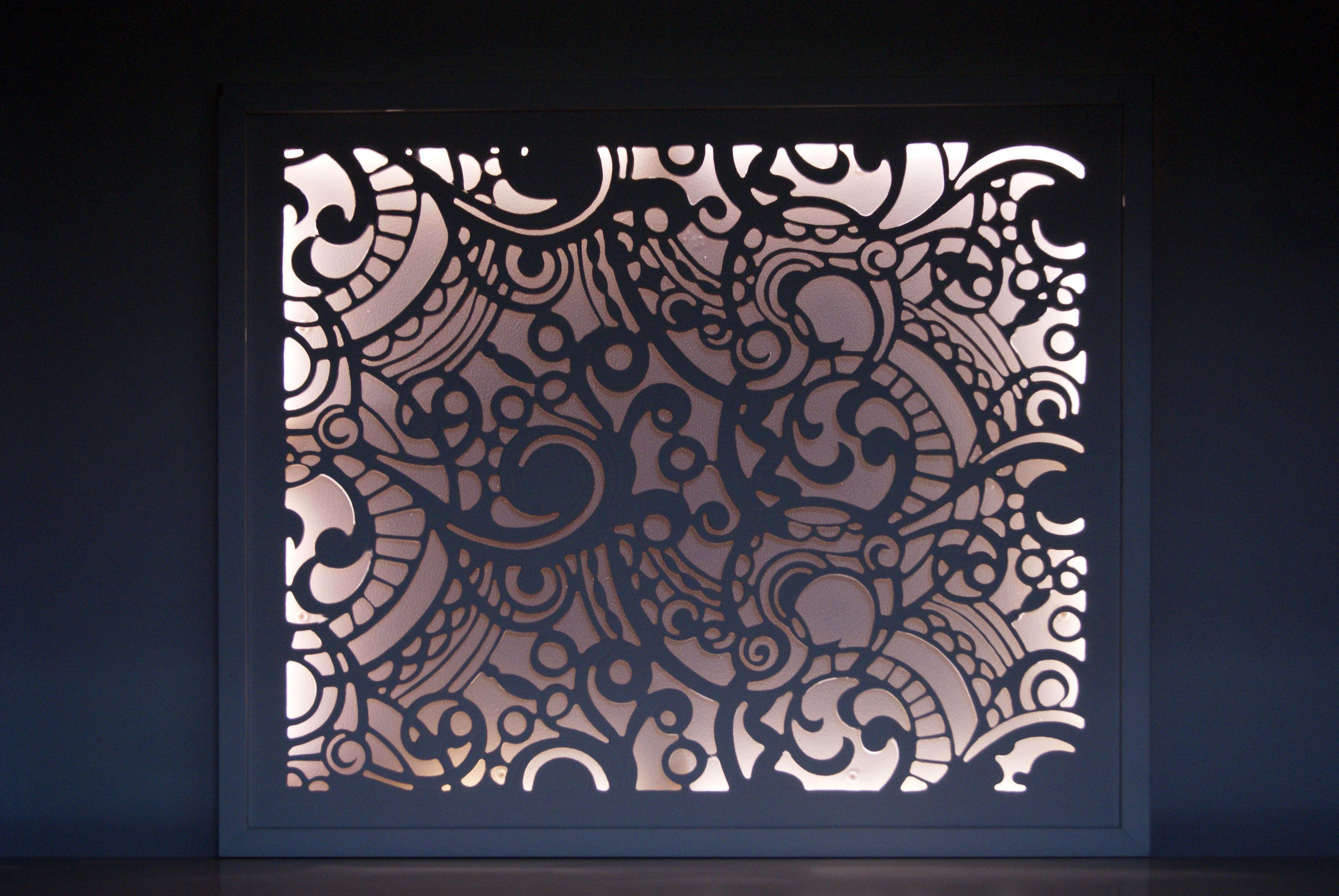 """""""Guipure"""" est une création originale au charme désuet Inspiré des délicates broderies d'antan, ce tableau lumineux au style très """"Shabby"""" joue avec les volutes de la dentelle pour faire danser et vibrer l'ombre et la lumière. Entièrement découpé et gravé à la main.  Dimensions 50*60cm."""