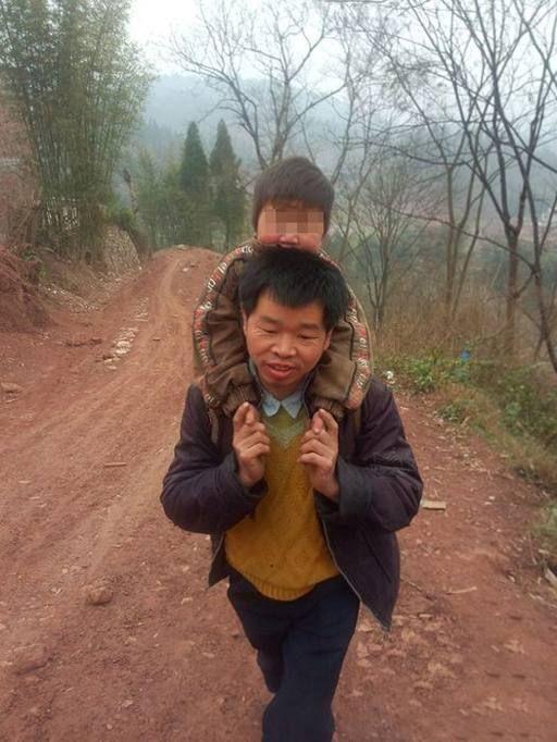 Padre cinese percorre 29 km al giorno per portare in spalla il figlio a scuola