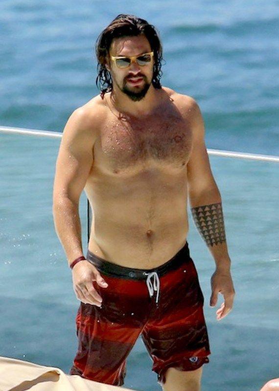 Jason Momoa, o Khal Drogo e futuro Aquaman, curte praia no Rio de Janeiro