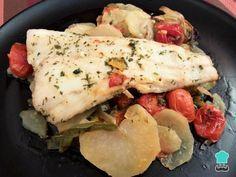 Merluza Al Horno Con Patatas Y Verduras Fácil Receta Recetas De Merluza Filetes De Merluza Pescado Con Verduras