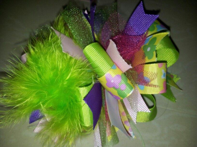 Lazo multi colores con plumas . Para chicas