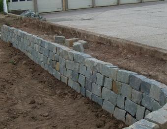 Die Trockenmauer zum Abgrenzen und Sichern des Hangs