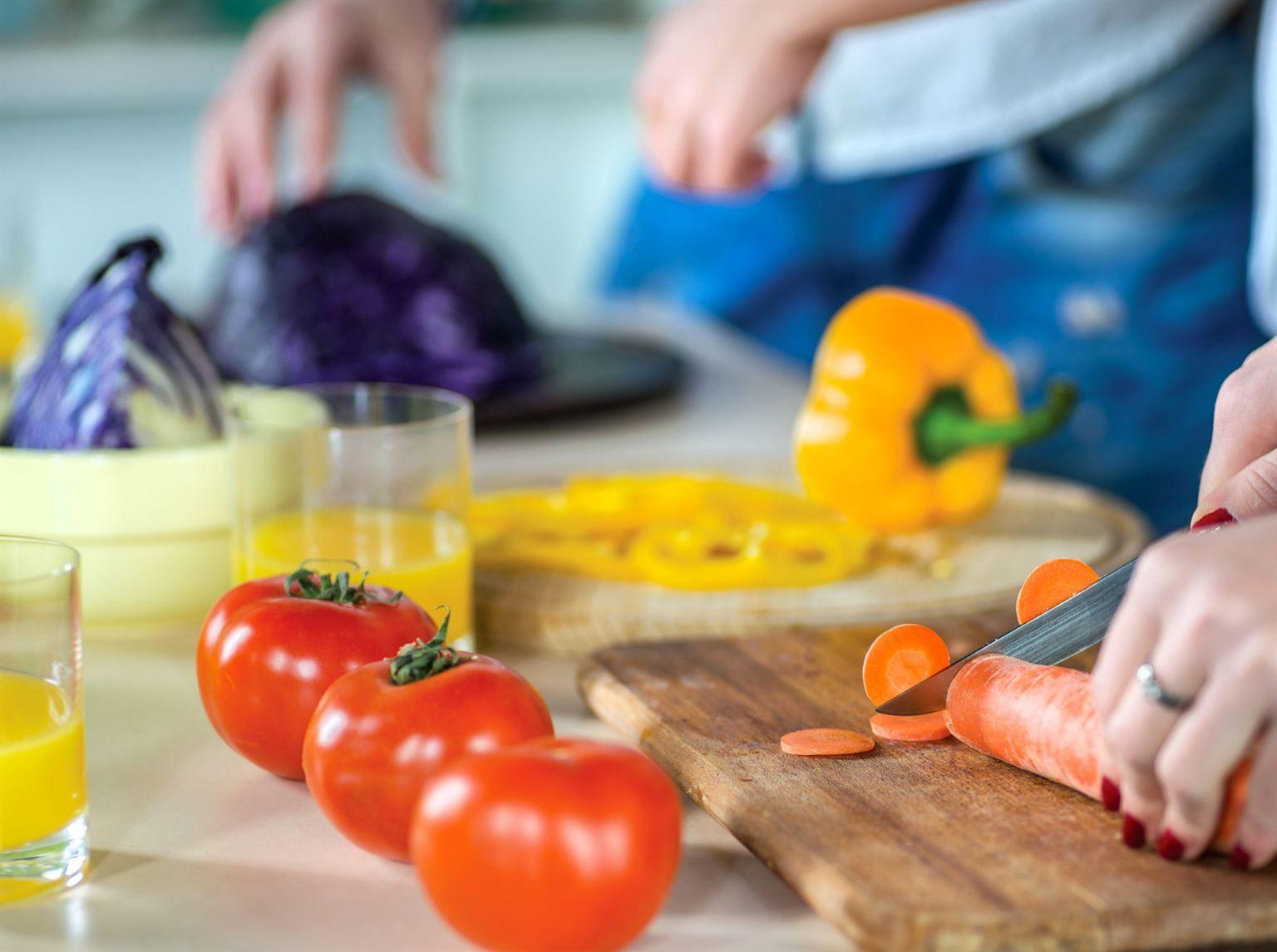 Cuisiner vos propres repas est non seulement bon pour votre santé, mais aussi pour votre portefeuille. Voici nos conseils pour diminuer le montant d'argent qui sort de vos poches lorsque vous faites l'épicerie.