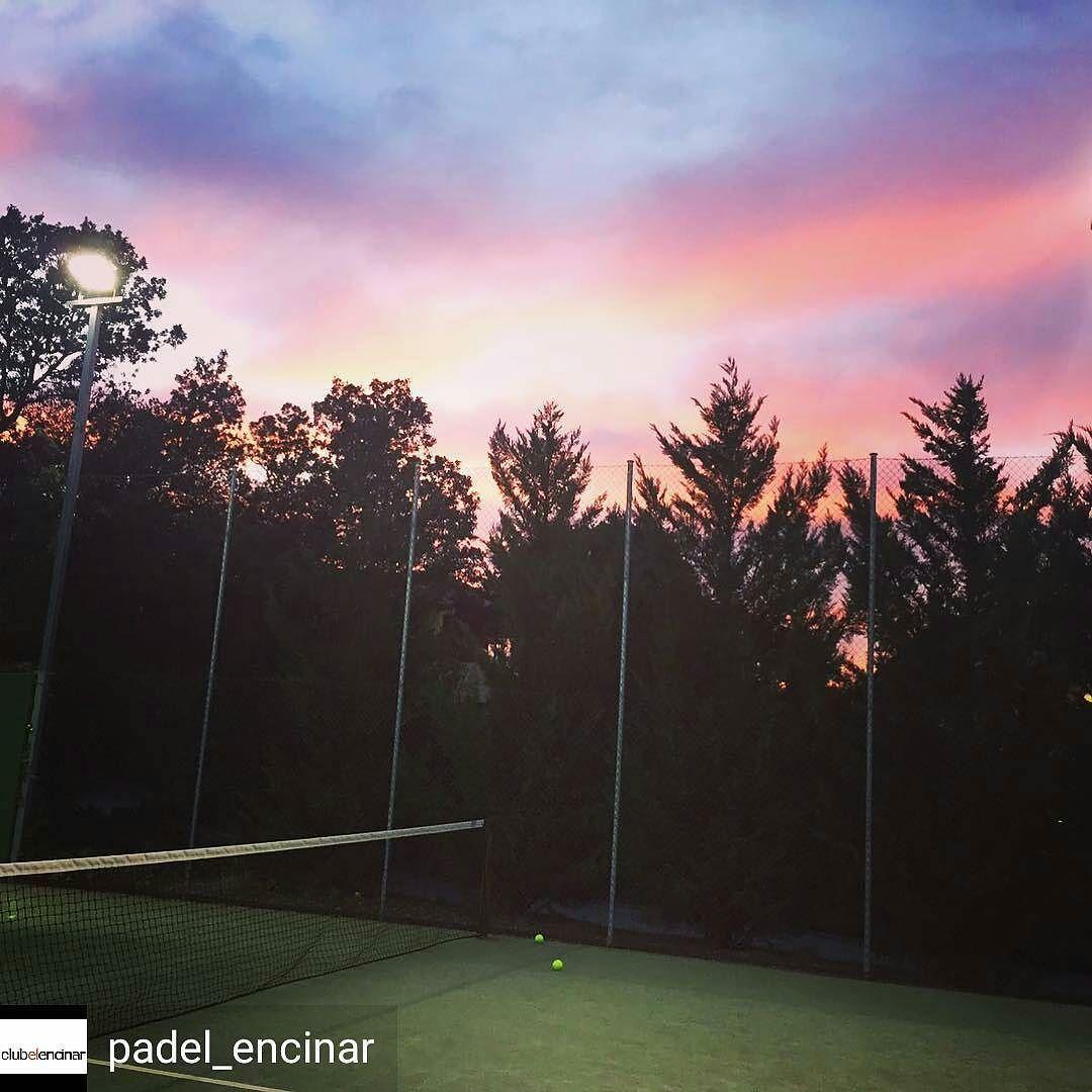 Con estos atardeceres da gusto jugar al padel!  Foto de @padel_encinar  #instapadel #padeltime #worldpadeltour #padeladdict #padel #atardecer #sunset #sunrise