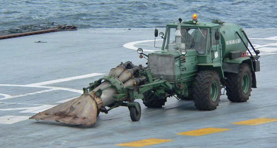 Así limpia Rusia sus portaaviones: con un motor de avión y un tractor