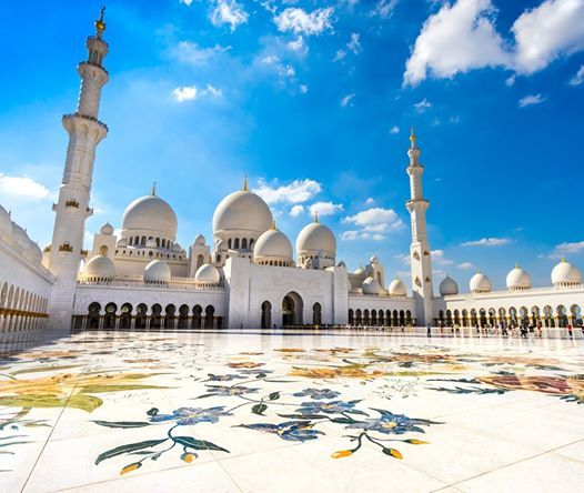 Witness an amazing architecture while exploring the Sheikh Zayed Grand Mosque in #AbuDhabi.
