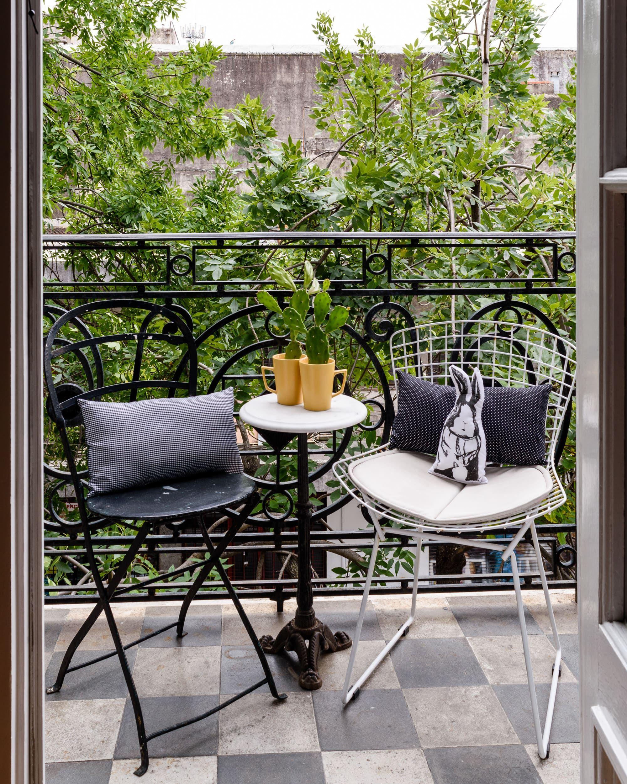 Table Pour Balcon Étroit a couple renovates a classic buenos aires home | balcon
