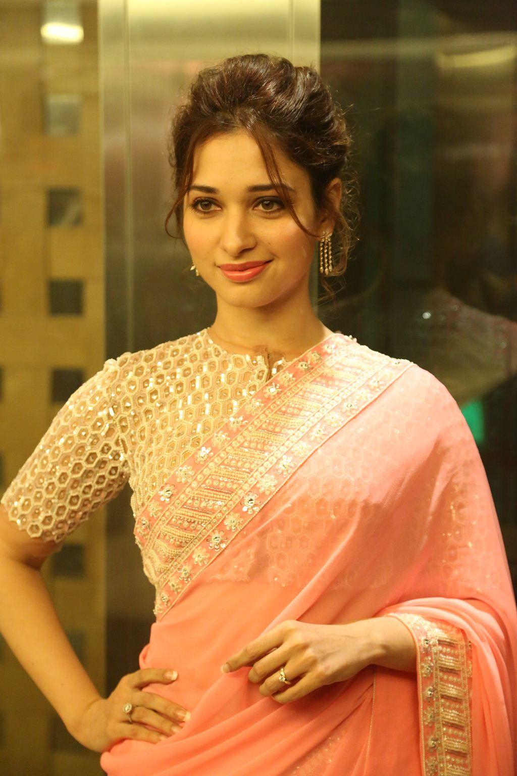 Photo of Glamouröses indisches Model Tamannaah im Designer Pink Saree