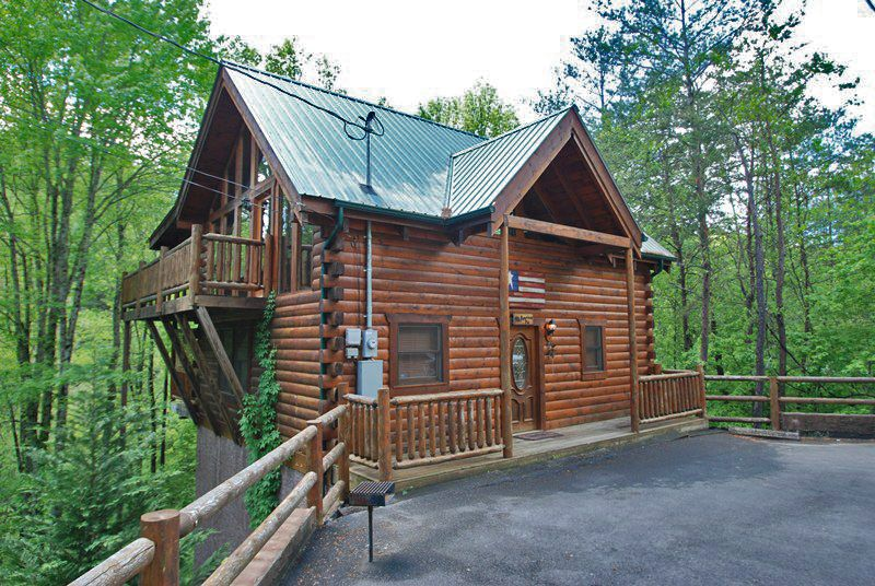 American Pie This 2 Bedroom Cabin Is Just So Gorgeous On The Inside And Out Http Www Bearcampcabins Com Rentalcabi Cabin Secluded Cabin Log Cabin Getaways