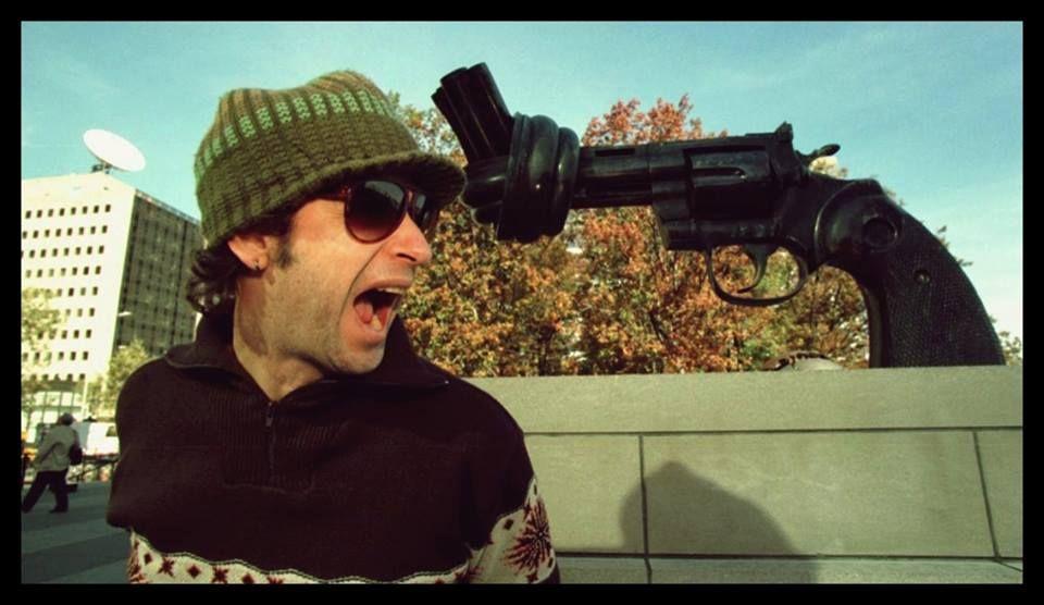 """""""Ella usó mi cabeza como un revolver"""" Gustavo Cerati en la sede de las Naciones Unidas, New York 1998. Escultura """"Non-Violence"""" realizado por el artista sueco Carl Fredrik Reuterswärd y que simboliza la paz."""