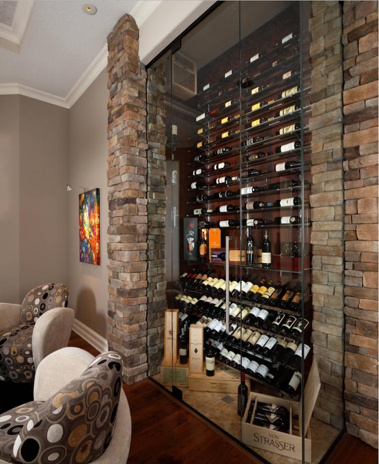 Weinkeller gestalten  Weinschrank im Wohnzimmer mit Wandverkleidung aus Naturstein ...