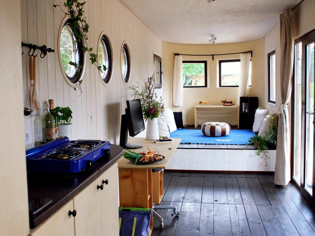 Tiny House Big Living These Itsy Bitsy Homes Are Feature Packed Tiny House Interior Tiny House Hunters Modern Tiny House