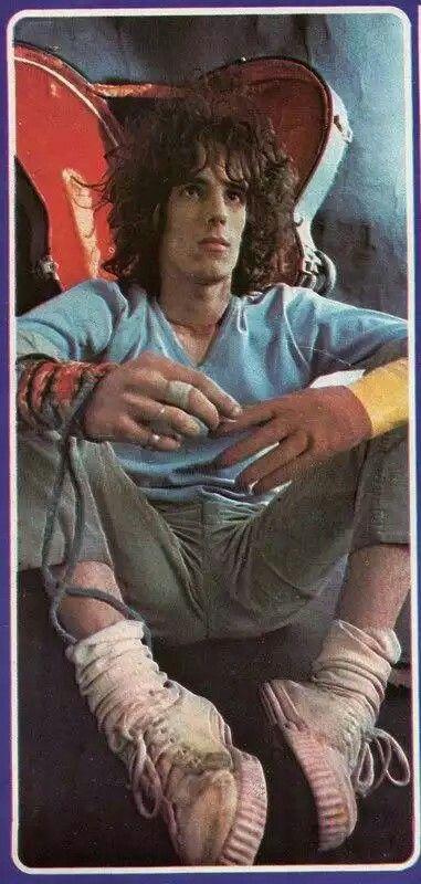 """Muy joven """"luciendo"""" las clasicas (para la epoca) zapatillas """"Flecha"""""""