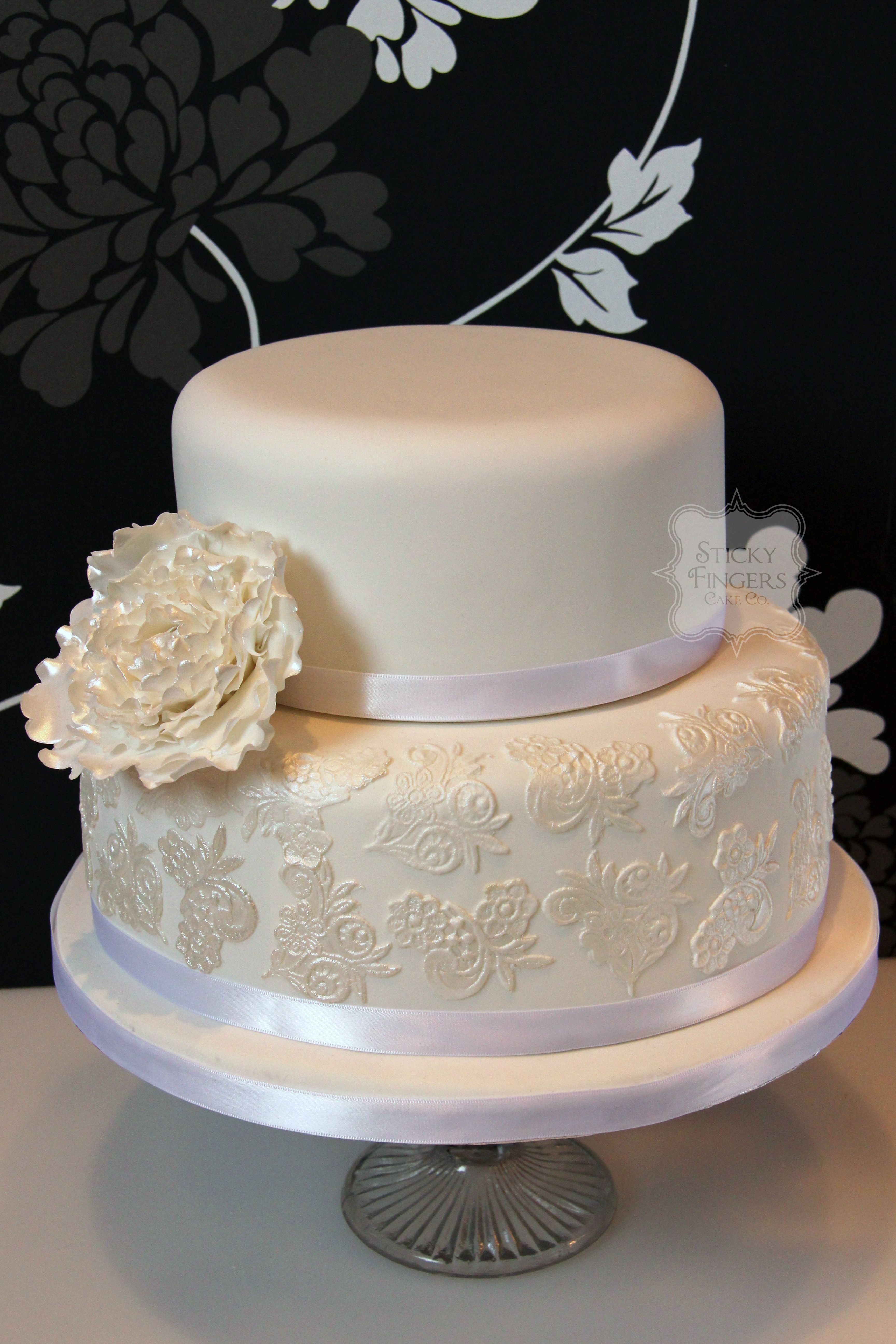 edible sugar flowers for wedding cakes 2 2 tier white wedding cake with blown peony type sugar 3830