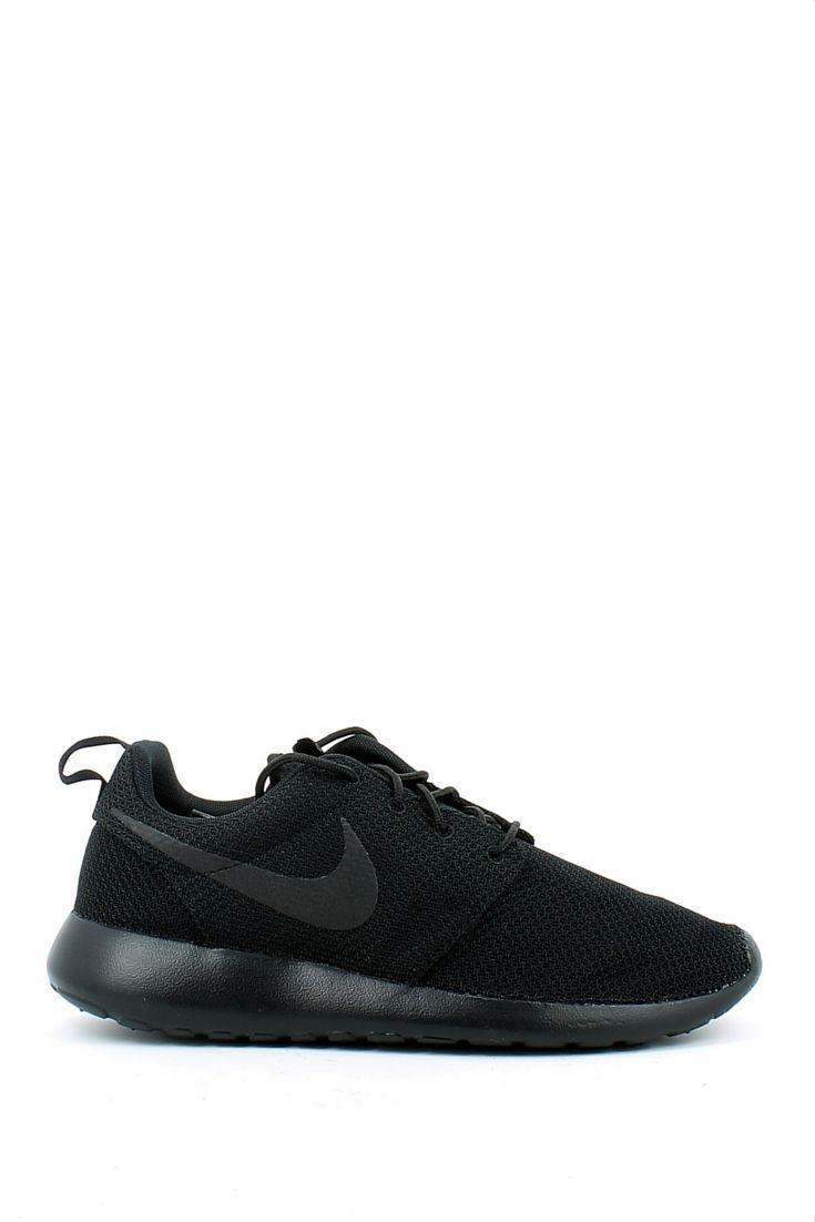 Sneaker in tela nera, della linea sport-fashion di Nike. Leggera e  confortevole, si adatta a tantissimi look, sempre più tendenti verso le  linee sport-chic.