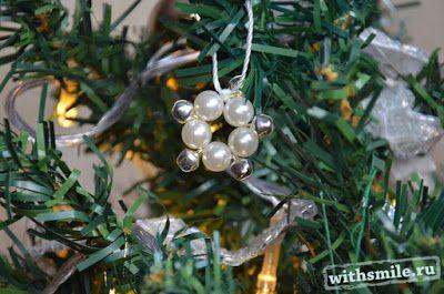Рождественская елка с желто-белыми украшениями. Елочные ...