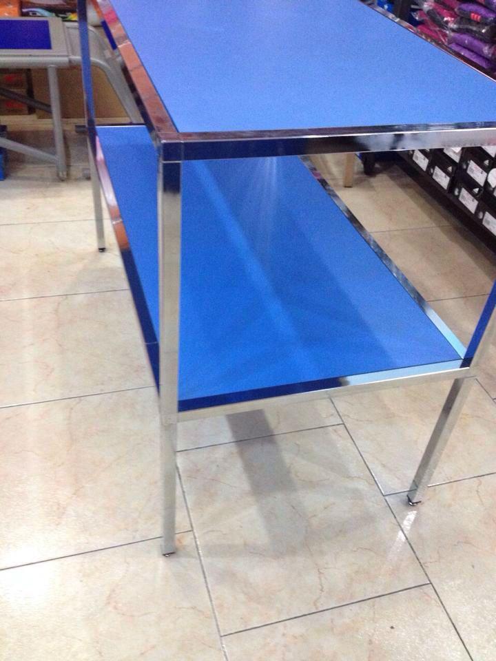 Vendo 2 tavoli per negozio ottime condizioni, misura 120 x