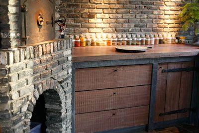 De keuken is uitgerust met alle denkbare luxe en heeft zelfs een houtoven.